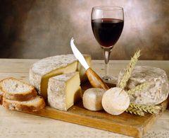 Plateau de fromages autour d'un verre de vin